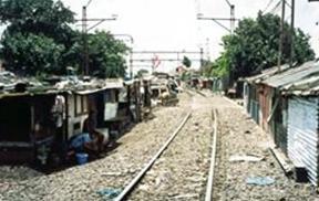 Pemukiman Penduduk Mengikuti Rel Kereta Api